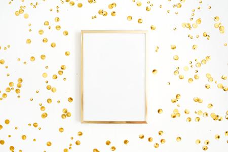 Fotorahmenspott oben mit Platz für Text und goldenen Konfetti auf weißem Hintergrund. Flache Lage, Draufsicht. Minimaler Hintergrund. Standard-Bild - 85349934