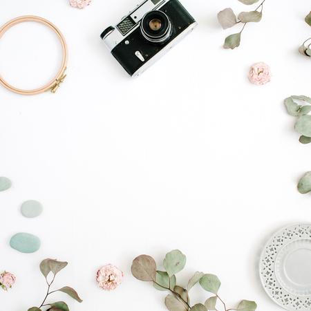 레트로 카메라, 유 칼 리 나무 분기, 흰색 배경에 접시와 평면 누워 테두리 프레임. 상위 뷰 아티스트 배경 텍스트위한 공간입니다.