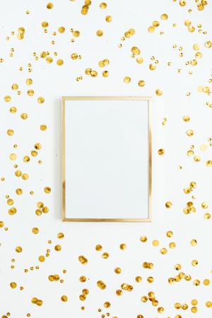 Fotorahmen verspotten oben mit Raum für Text und goldenen Confetti auf weißem Hintergrund . Flache Draufsicht der Draufsicht . Minimal Hintergrund