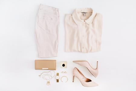 女性の現代ファッションの服とアクセサリー。フラット横たわっていた女性カジュアルなスタイルの外観。平面図です。