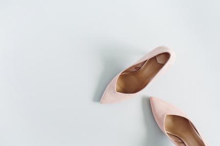 ファッションのブログを見て。青の背景に淡いピンクの女性の高いヒールの靴。フラット横たわっていた、トップ ビュー トレンディ美容女性背景。 写真素材