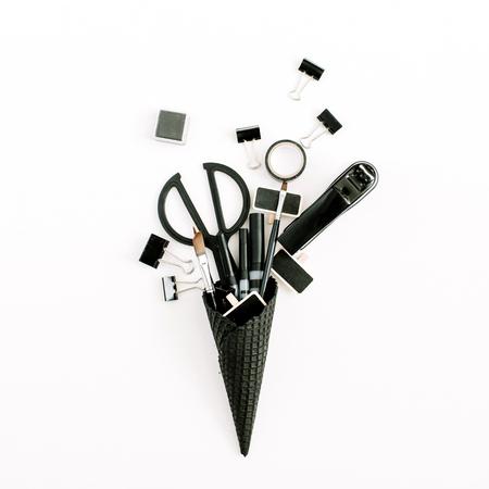 オフィス文房具ツールが付いている黒いワッフルの円錐形。フラットレイ、トップビュー最小限のオフィスコンセプト。 写真素材