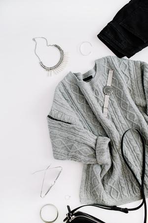 Panno e accessori moda donna. Sguardo piatto stile casual femminile con maglione caldo, jeans, borsa, orologio, occhiali da sole. Vista dall'alto. Archivio Fotografico - 86803555