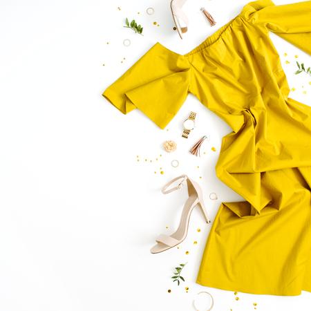 여자의 패션 의류 및 액세서리 흰색 배경에. 플랫 누워 여성 황금 스타일 된 봐 드레스, 하이 힐, 시계, 팔찌. 평면도.