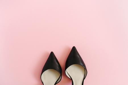 ファッションのブログを見て。ピンクの背景の黒人女性の高いヒールの靴。フラット横たわっていた、トップ ビュー トレンディ美容女性背景。