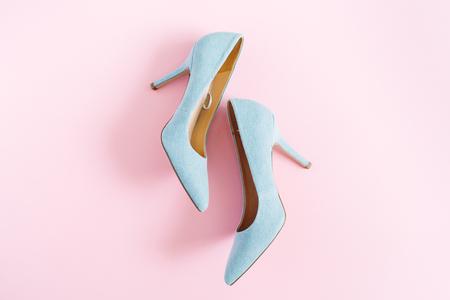 ファッションのブログを見て。ピンクの背景にパステル ブルーの女性の高いヒールの靴。フラット横たわっていた、トップ ビュー トレンディ美容 写真素材