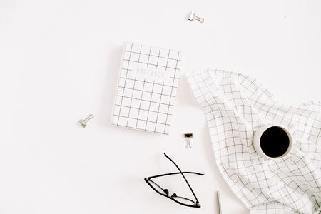 Bureau à la maison stylisé avec le journal de calendrier, les verres et la tasse de café. Plat poser, concept d'entreprise moderne vue de dessus.