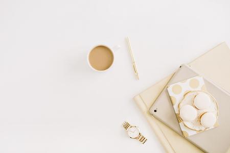 Concepto moderno plano endecha con macarrones, taza de café, cosas femeninas sobre fondo blanco. Vista superior concepto de estilo de vida minimalista. Foto de archivo