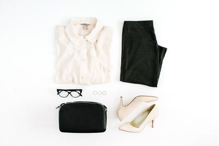 Mulheres roupas da moda moderna e acessórios. Olhar liso do estilo fêmea da configuração ocasional com blusa, saia, bolsa, saltos altos, vidros. Vista do topo.