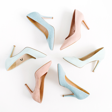 ファッションのブログを見て。白地にパステル調のカラフルな女性の高いヒールの靴。フラット横たわっていた、トップ ビュー トレンディ美容女性