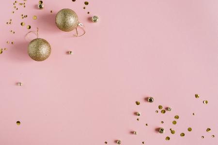 황금 색종이와 크리스마스 장난감 공 분홍색 배경. 평면 누워, 상위 뷰 휴일 배경입니다. 스톡 콘텐츠