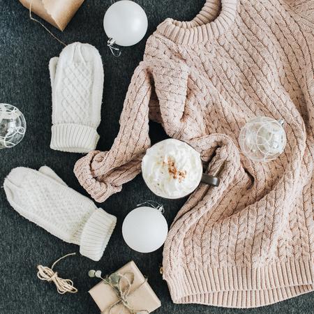 女子冬服はグレーの格子縞に見えます。ベージュ色のセーターと白のニットのミトン、ギフト ボックス、ガラス球を暖めます。クリスマスのファッションの組成物。フラット横たわっていた、トップ ビュー。 写真素材 - 89062727