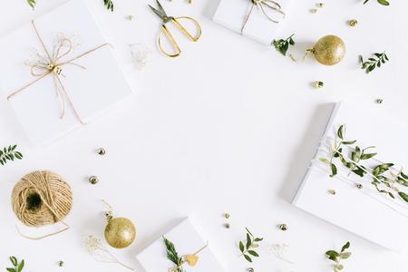수 제 크리스마스 선물 상자와 흰색 배경에 축제 장식 싸구려의 프레임. 평면 누워, 상위 뷰 휴가 조성. 스톡 콘텐츠