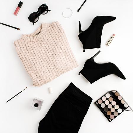女性ファッションの背景コンセプト。セーター、ジーンズ、靴、サングラス、パレット、口紅。フラットレイ、トップビューの服やアクセサリー。