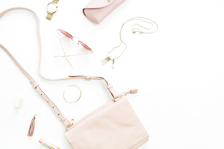 Gli accessori alla moda di rosa pastello alla moda di modo della donna hanno messo su fondo bianco. Vista piana, vista dall'alto.
