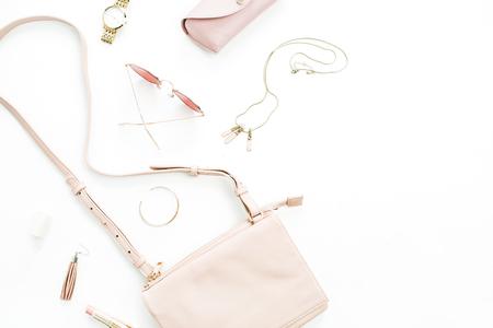 Modische stilvolle pastellrosa Accessoires der Frauenmode auf weißem Hintergrund. Flache Lage, Draufsicht.