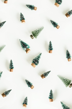 Toy fir-trees decoration pattern on white background. Flat lay, top view winter, christmas, new year composition. Фото со стока - 112604840