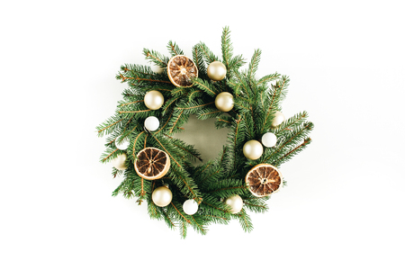 Christmas, New Year wreath frame made of fir branches decorated with dried oranges and Christmas balls. Flat lay, top view hero header. Imagens - 112604947