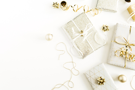 Coffrets cadeaux dorés, décorations sur fond blanc. Mise à plat, vue de dessus Noël, concept d'emballage de cadeaux de vacances du nouvel an.