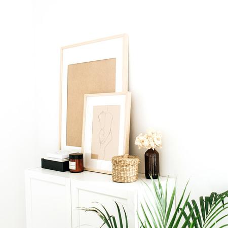 Diseño interior nórdico escandinavo minimalista moderno. Cajonera, marcos de fotos, palma y decoraciones.