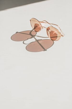 Modern womens sunglasses on white table. Fashion blog hero header background. Stockfoto