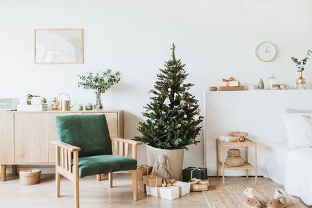 Soggiorno dal design moderno con decorazioni di Natale/Capodanno, giocattoli, regali, abete. Composizione vacanze invernali.