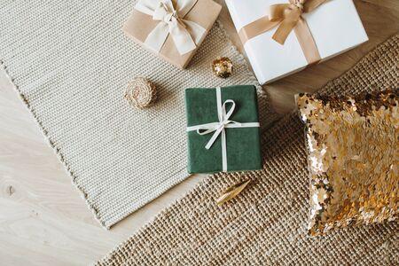 Scatole regalo di Natale/Capodanno con fiocchi. Concetto di imballaggio dei regali di vacanze invernali. Disposizione piana, vista dall'alto.