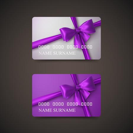 morado: Tarjetas Regalo Con Arco p�rpura y de la cinta. Ilustraci�n del vector. Regalo o una tarjeta de cr�dito plantilla de dise�o Vectores
