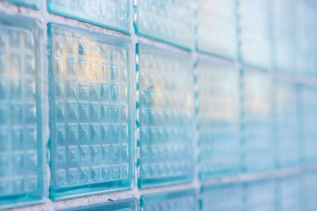 Dekoratives und glattes Glasblockfenster im Blau als Beschaffenheit oder für Hintergrund. Die Wand. Geometrischer Hintergrund Standard-Bild - 74993110