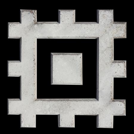 Ein Fragment aus Betonzaun. Maßwerkmuster der Steinmauer als Quadrate. Isolieren. Beschneidungspfad enthalten. Standard-Bild - 74993113