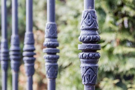 Elemente des schwarzen metallischen geschmiedeten Zauns mit Spikes. Standard-Bild - 75044606