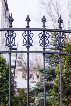 Schwarzer metallischer geschmiedeter Zaun mit Spikes. Garten Standard-Bild - 75044609