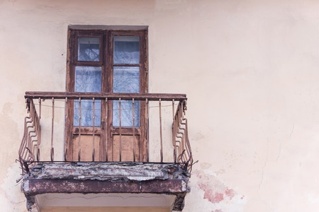 Apartment with emergency balcony in Kiev. Old reinforced concrete slab