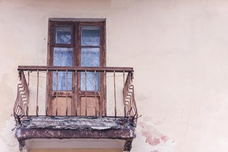 Wohnung mit Notbalkon in Kiew. Alte Stahlbetonplatte Standard-Bild - 75722554