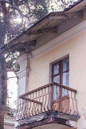 Wohnung mit Notbalkon in Kiew. Alte Stahlbetonplatte Standard-Bild - 75044076