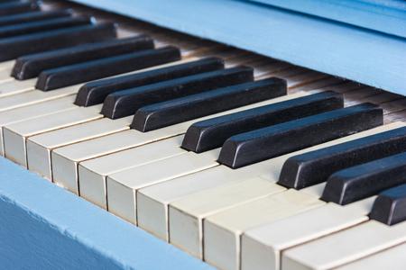 Klavier close-up mit schwarzen und weißen Tasten Standard-Bild - 76369587