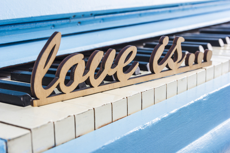 Blaue Klavier Nahaufnahme mit schwarzen und weißen Tasten Standard-Bild - 76744470