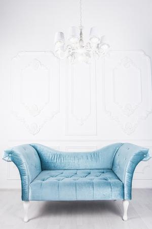 Blaues Sofa im weißen Interieur und grauem Boden Standard-Bild - 76051555