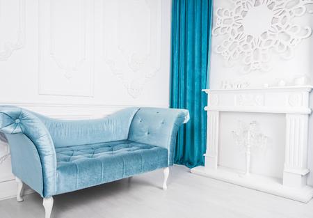 Blaues Sofa im weißen Innenraum und im grauen Boden. Venezianischer Stil Standard-Bild - 76369591