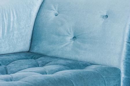 Blaues Sofa im weißen Interieur und grauem Boden . venezianischen Stil Standard-Bild - 76369593