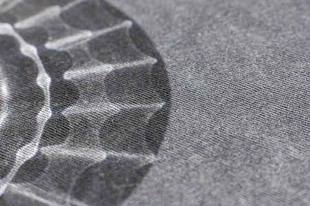 Schwarzweiss-Hintergrund von einem weichen Textilmaterial. Bahnenware mit natürlicher Struktur. Stoff Kulisse Standard-Bild - 76627761
