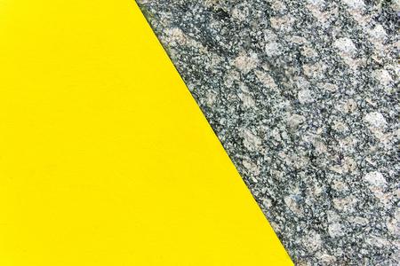 Zweifarbiger abstrakter Hintergrund. Teil gelb und Teil Marmor. Beschaffenheit des natürlichen Marmorhintergrundes. Muster Standard-Bild - 76652180