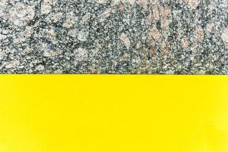 Zweifarbiger abstrakter Hintergrund. Teil gelb und Teil Marmor. Beschaffenheit des natürlichen Marmorhintergrundes. Muster Standard-Bild - 75861409