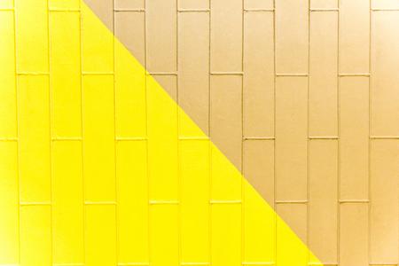 Gelbe und braune Backsteinmauerbeschaffenheit. Zweifarbiger abstrakter Hintergrund Standard-Bild - 75806884