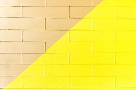 Gelbe und braune Backsteinmauerbeschaffenheit. Zweifarbiger abstrakter Hintergrund Standard-Bild - 75877489