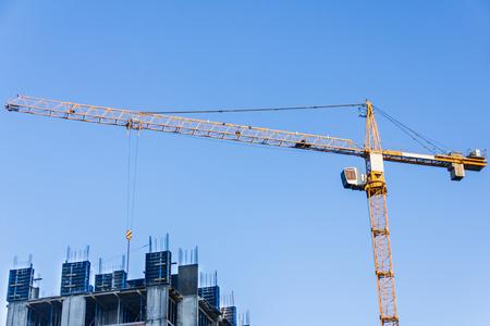Ein neues Gebäude wird mit Turmdrehkran gebaut. Standard-Bild - 75885541