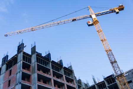 Ein neues Gebäude wird mit Turmdrehkran gebaut. Standard-Bild - 76297877
