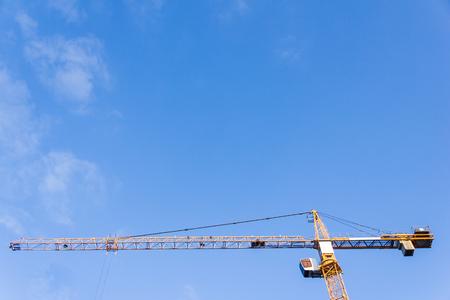 Hoher Turmkran gegen den blauen Himmel Standard-Bild - 75961036