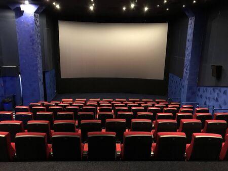 leerer Saal im Kino. Vor dem Film