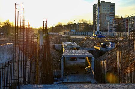 Betonnen bekisting in de put bij de aanleg van een ondergrondse doorgang in de metro Stockfoto